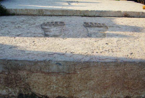 طبعات الأقدم المنحوتة على العتبات